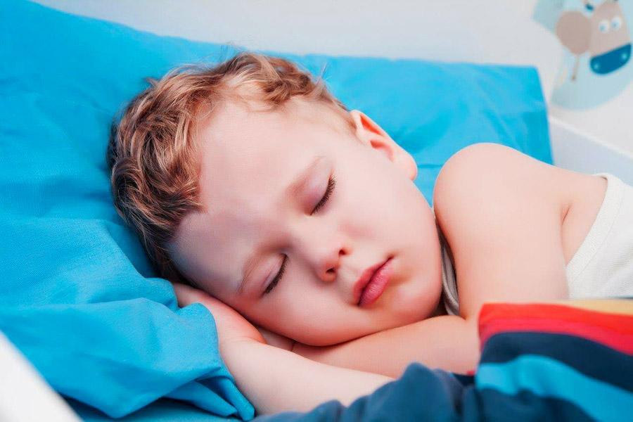 bambino che dorme beato