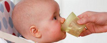 bambini che bevono acqua