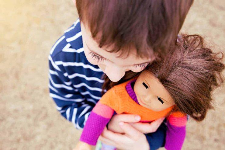 bambini maschi e bambole