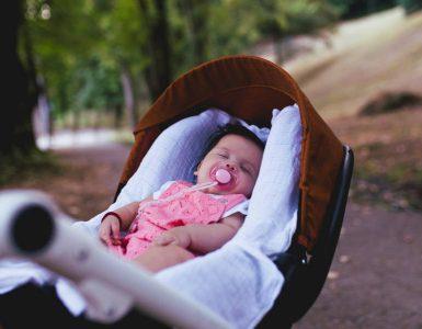 bambina dorme in passeggino img