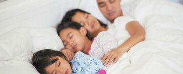 bambini dormono genitori