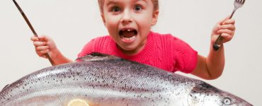 bambini che mangiano pesce