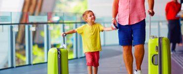 bimbo e papà con valigia