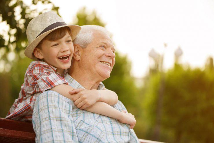 bimbo con nonno