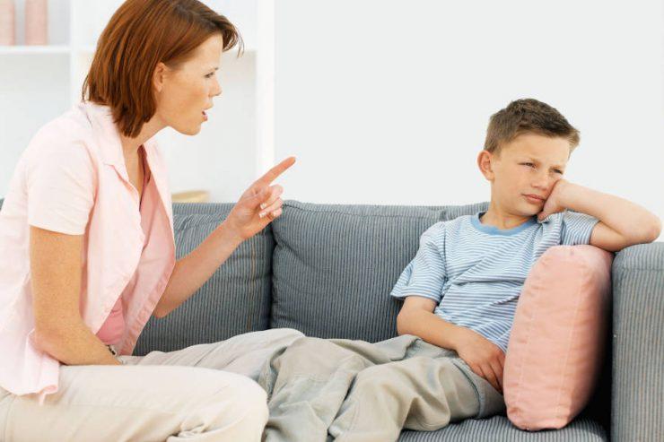 bambino e mamma che litigano