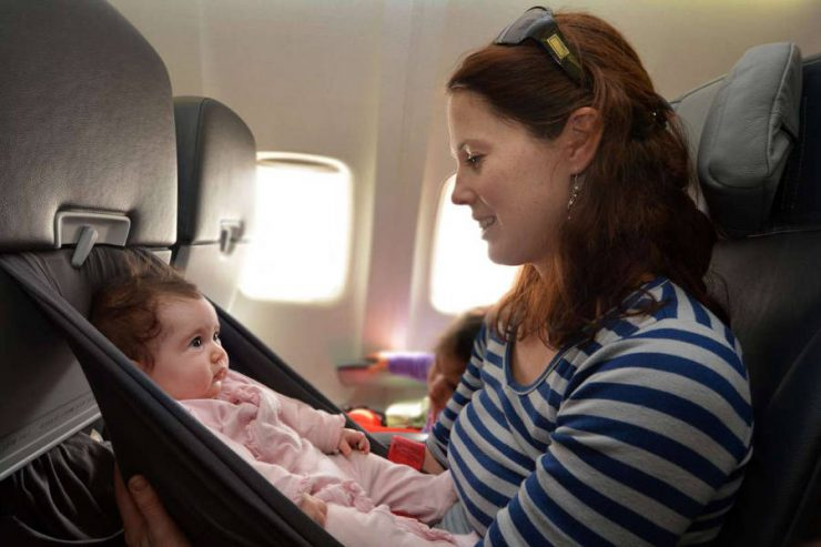 mamma e neonato in aereo