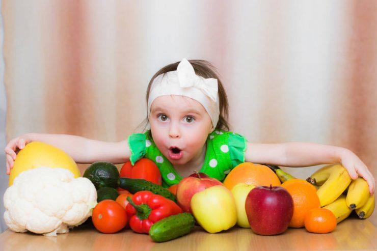 bimba con frutta