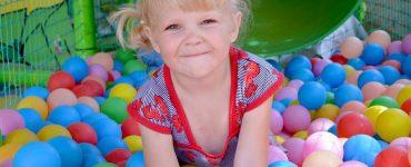 bambina nella vasca di palline