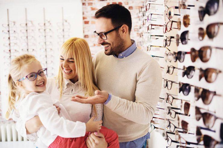 famiglia con occhiali
