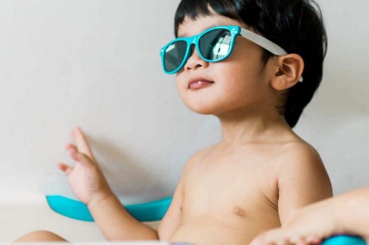 bimbo con occhiali da sole