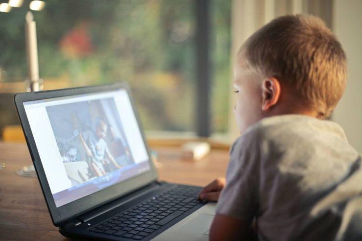 bimbo guarda lo schermo del pc