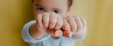 bimbo mostra mani
