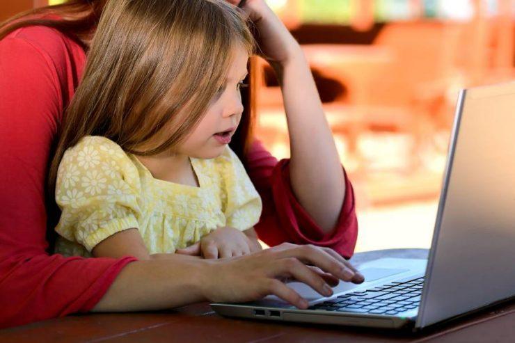 madre figlia guardando cartoni animati