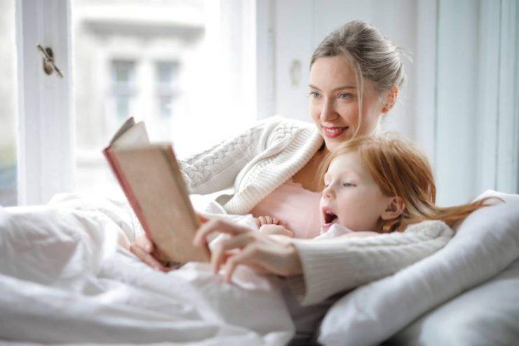 mamma e figlia leggono un libro