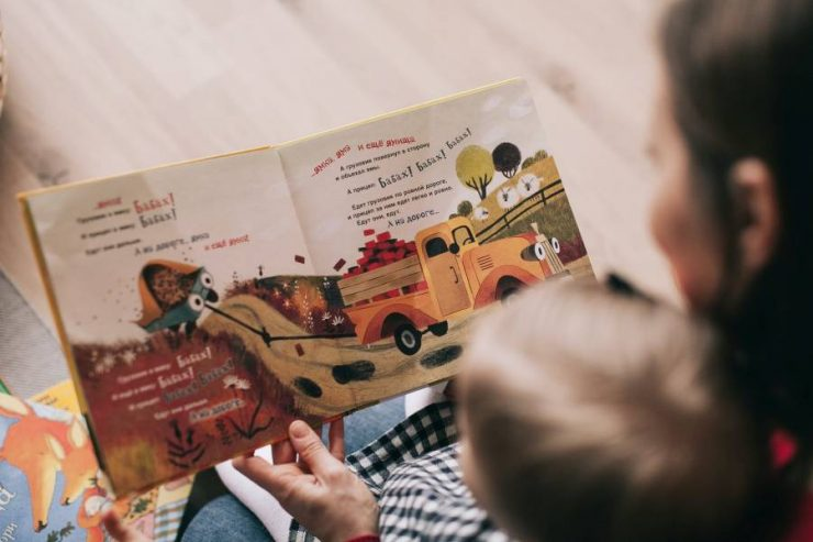 bambino legge un libro