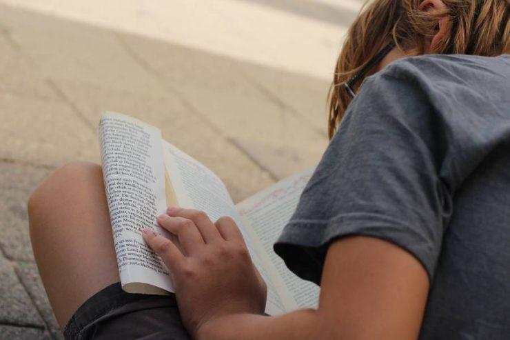bimbo e libro