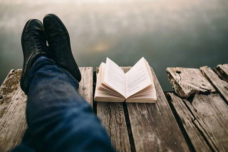 ragazzo e libro
