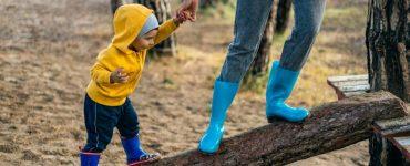 mamma e figlio con scarpe blu