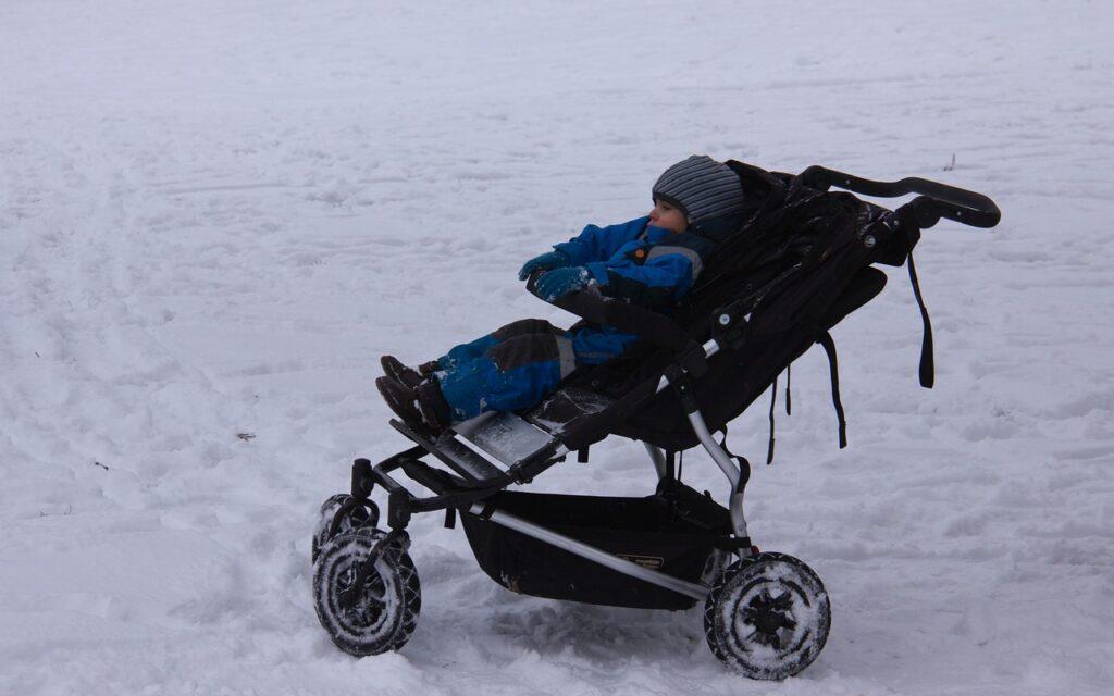 bambini dormono fuori sotto zero