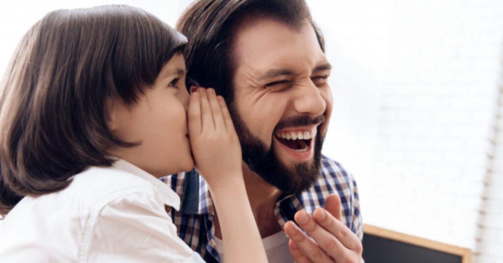 Padre e figlio che ridono Mammastobene.com