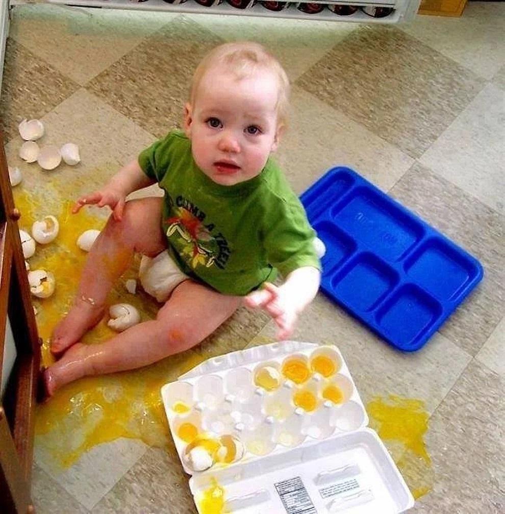 Bambini indipendenti che vogliono prepararsi la colazione