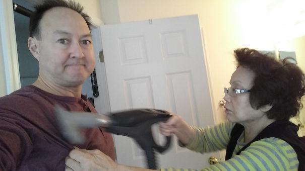 mamma pulisce il figlio