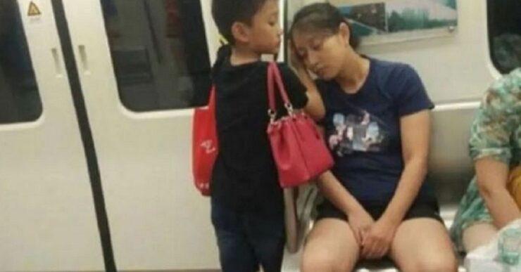 Bambino aiuta la madre a riposare