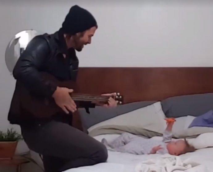Dan canta alla figlia