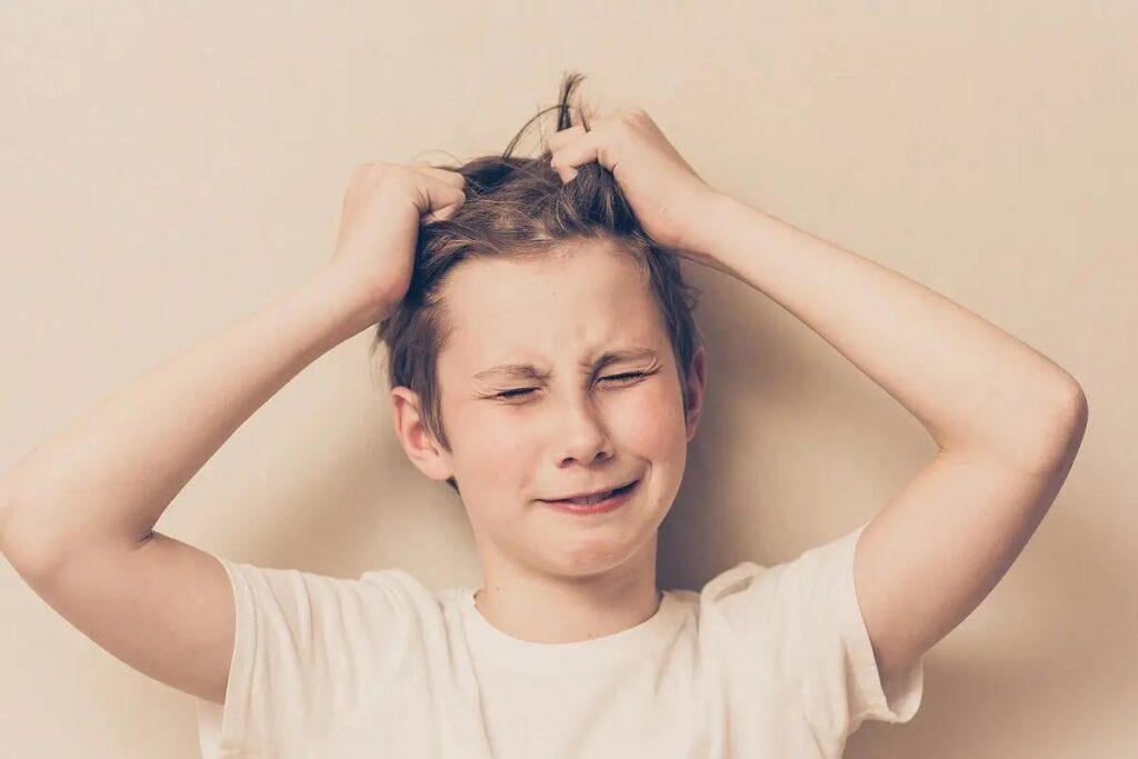 mio figlio si tira i capelli