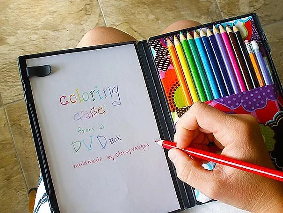 Custodia per DVD trasformata in set da colorare