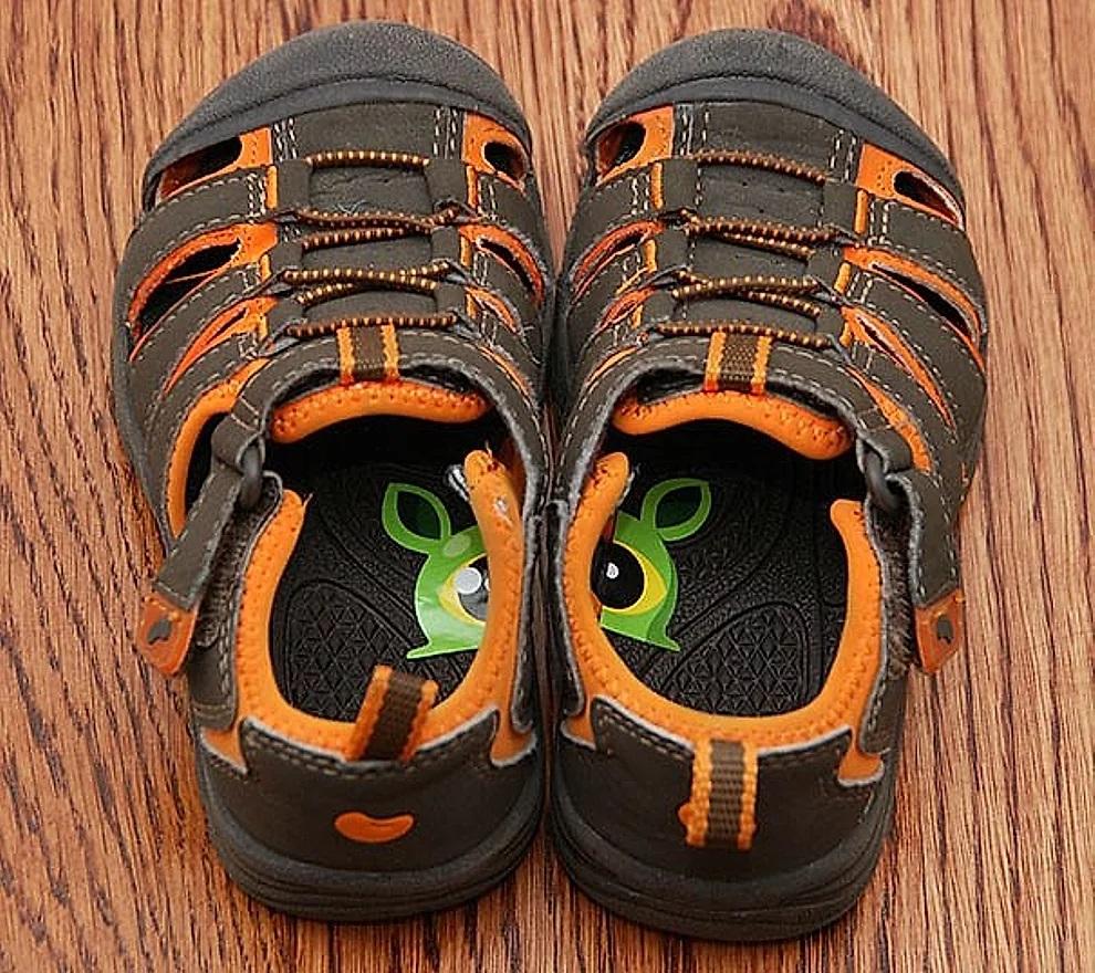 Come insegnare ai bambini a infilarsi le scarpe nel modo corretto