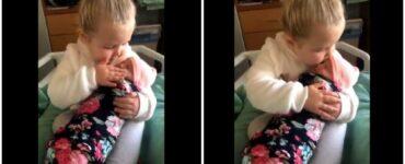 bimba di 3 anni incontra la sorella