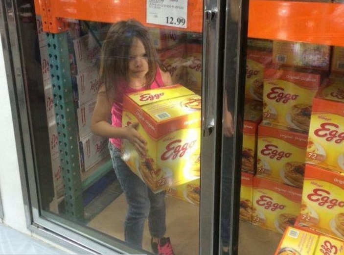 bambina usciva dal supermercato