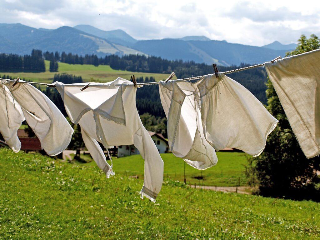 Perché i vestiti escono bucati dalla lavatrice