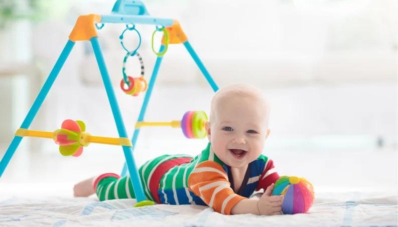 Bambino gioca da solo