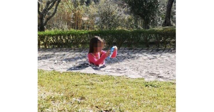 Bambina affonda nel terreno