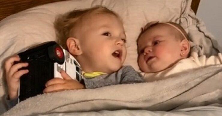 Bambino di due anni calma la sorellina
