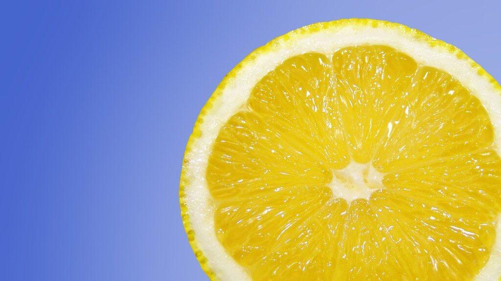 Calzini bianchi con il succo di limone