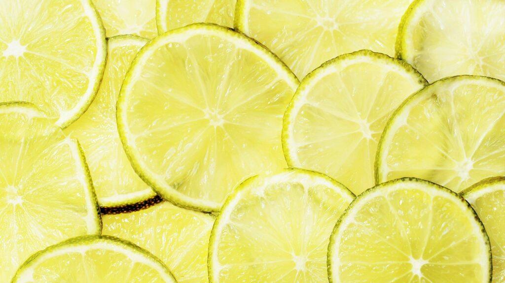 Togliere il grasso dai fornelli usando il limone
