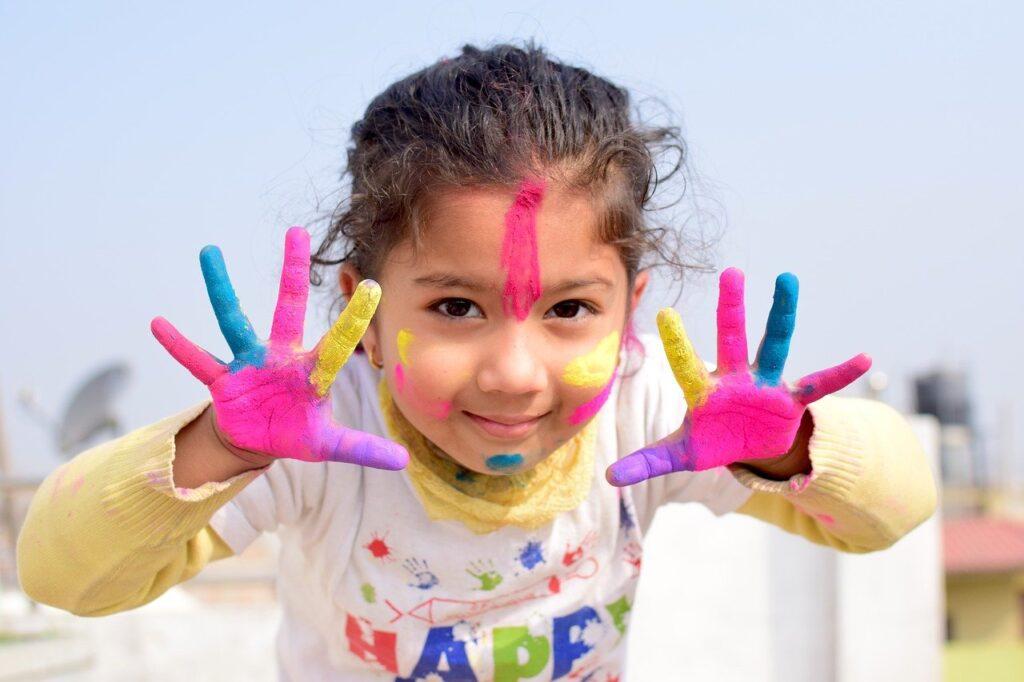 Bimba gioca con i colori