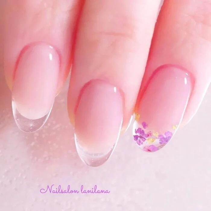 Unghie effetto cristallo con un tono delicato e femminile