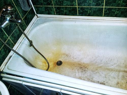 Pulire la vasca da bagno con aceto e sale