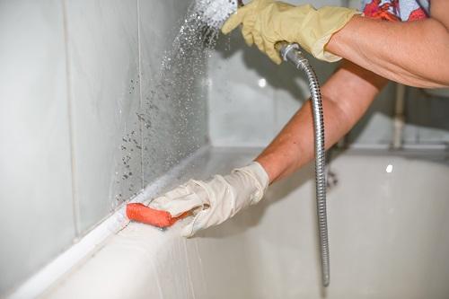 Pulisci la vasca da bagno con una spugna
