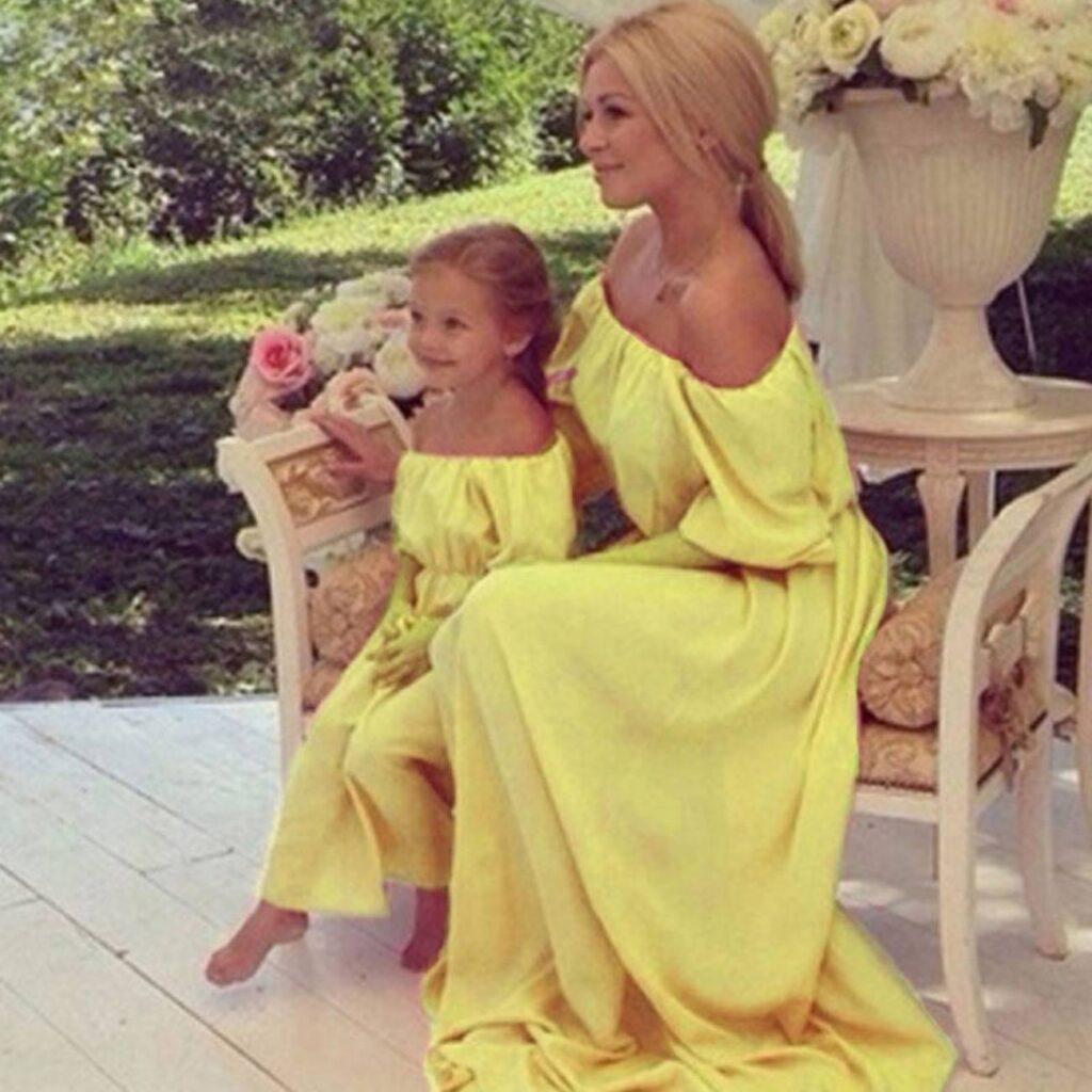 abiti gialli per mamma e figlia