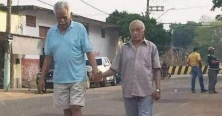 Due anziani che si tengono per mano