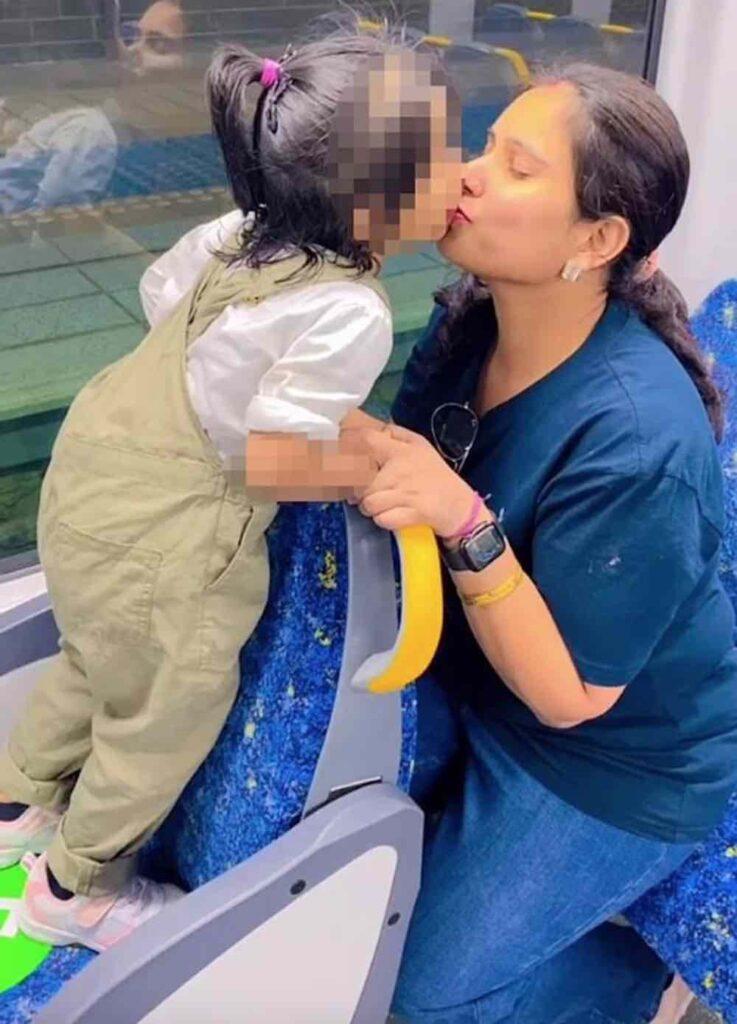 genitori che baciano in bocca i figli