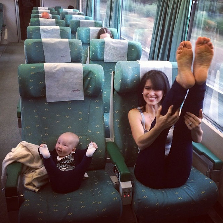 Mamma e figlia sul treno