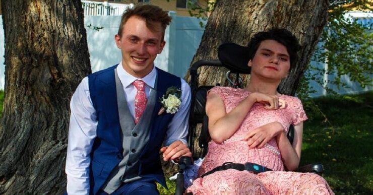 Adolescente porta una ragazza disabile al ballo di fine anno