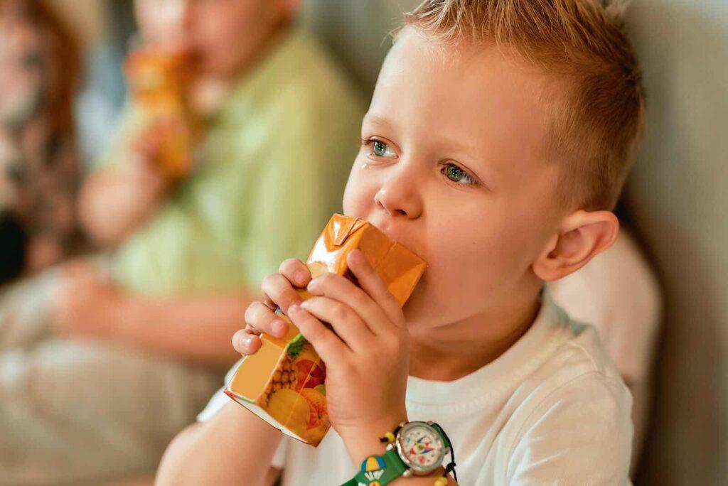 Gli alimenti peggiori da non dare ai bambini