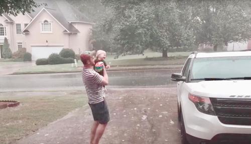 bambino che sta sotto la pioggia per la prima volta